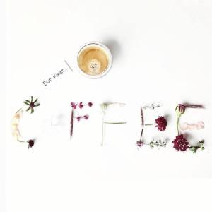 Flatlay losse bloemen but first coffee