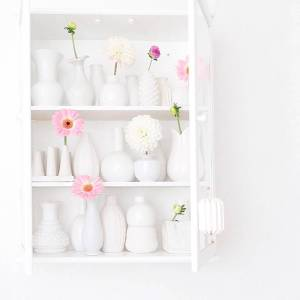 Roze gerberas met dahliasin witte vaasjes