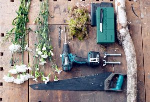 anjer-benodigdheden-diy-project-met-hout-beeld-mooiwatbloemendoen-losse-bloemen-anjers