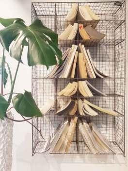 boeken-kerstboom-met-monstera-op-lossebloemen.nl-losse-bloemen-kerst