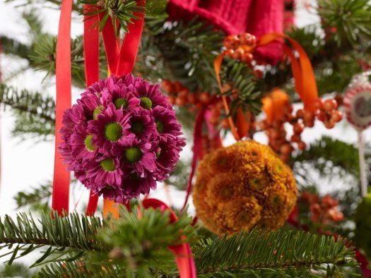 chrysant-kerstbal-decoratie-diy-met-losse-bloemen-van-bloemen-mooiwatbloemendoen.nl-kerst