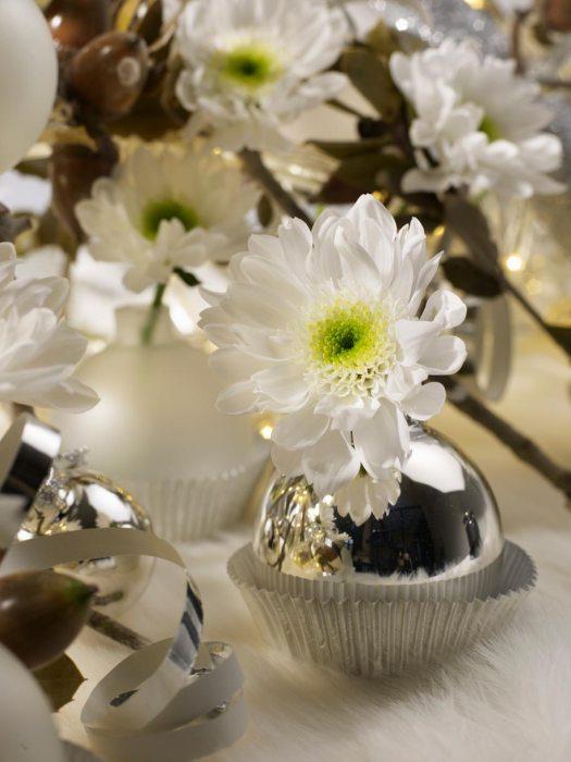 kerstbal-kerstdecoratie-mooiwatbloemendoen-kerstbal-als-vaasje-chrysant-zilver - kerstwens