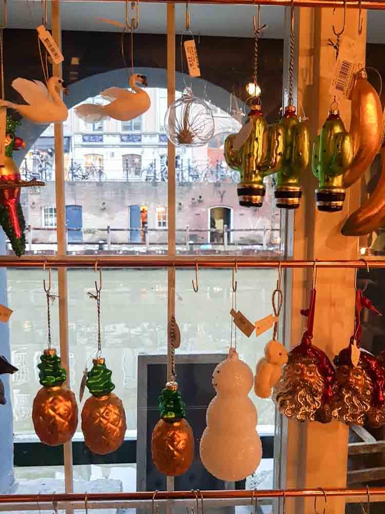 lossebloemen Kerstshoppen in hartje Utrecht losse bloemen it's a present winkel