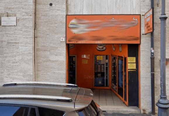 Incendiato un distributore automatico di bevande in via Giuliano da Sangallo