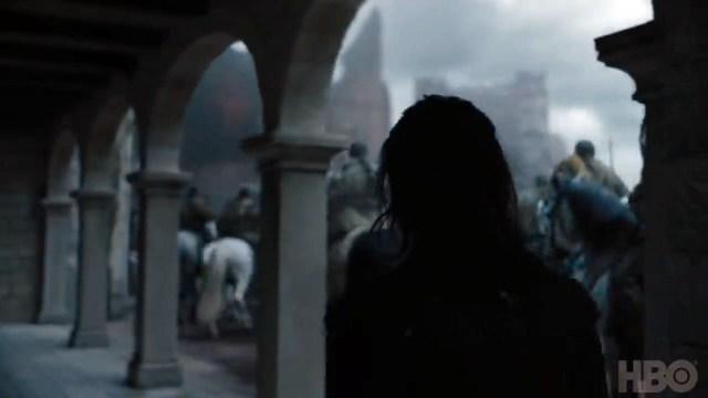 8x06-4 Arya camina entre soldados