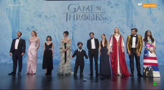 Los históricos 10 nominados de Juego de Tronos entregando un premio