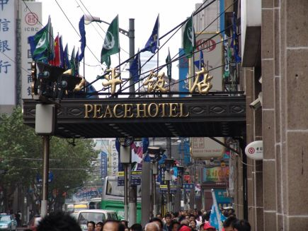 Eingang des Peace Hotels