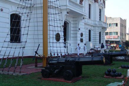Alte Kanonen vor dem Faro Carranza