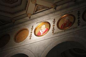 Plaketten mit allen Päpsten