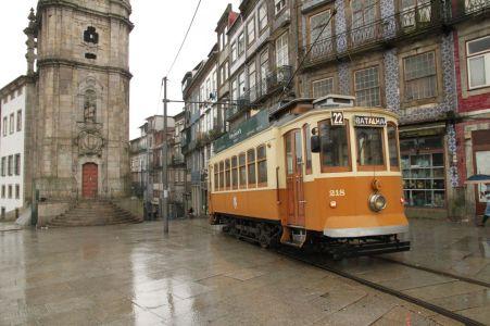 Tram unterhalb des Torre dos Clérigos