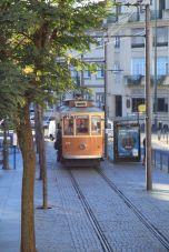 Tram in der Altstadt Ribeira