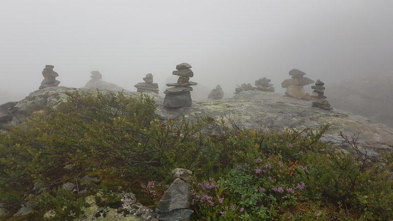 Cairns in de mist op het Trollstigen uitkijkpunt