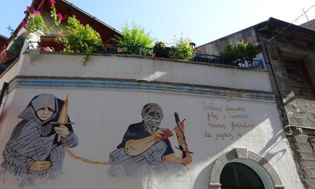Uno dei murales di Orgosolo sulla facciata di una casa