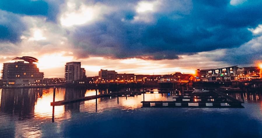 Cardiff Bay all'imbrunire, uno dei posti più instragrammabili a Cardiff