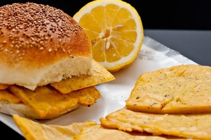 Panino con le panelle, quadratini fritti di farina di ceci immancabile street food in Sicilia