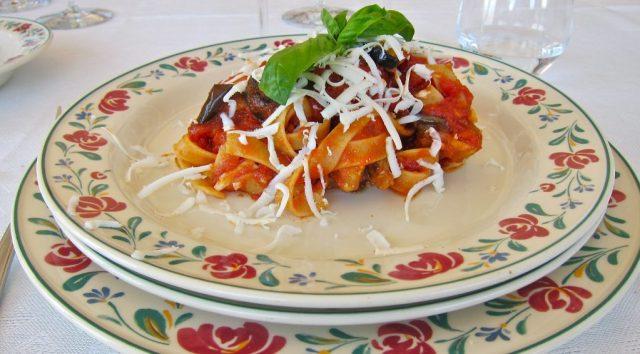 Un vero tour gastronomico in Sicilia non è completo senza la pasta alla norma