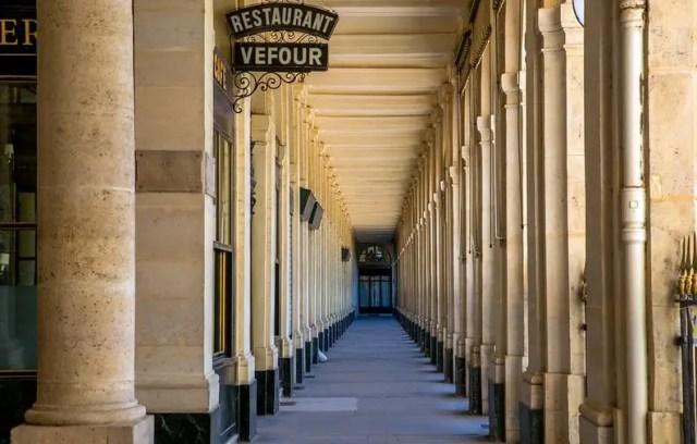 Le Grand Vefour è una delle locations più famose di Emily in Paris. Qui hanno mangiato nomi noti come Victor Hugo e Napoleone.