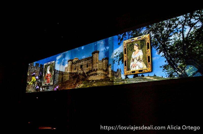imagen proyectada en sala oscura del castillo y dos mujeres