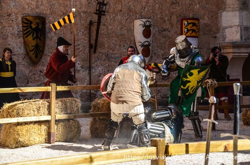 combate medieval con dos guerreros en la arena