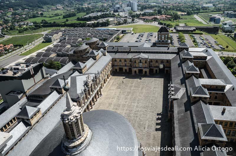 vistas de la laboral desde la torre con el gran patio rectangular y los edificios alrededor