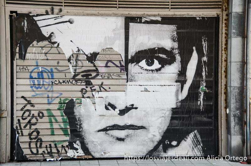 gran foto de rostro de hombre en blanco y negro ocupando cierre de tienda