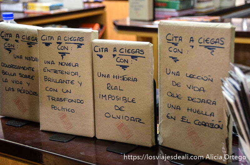 """libros envueltos con textos que dicen """"cita a ciegas con..."""""""