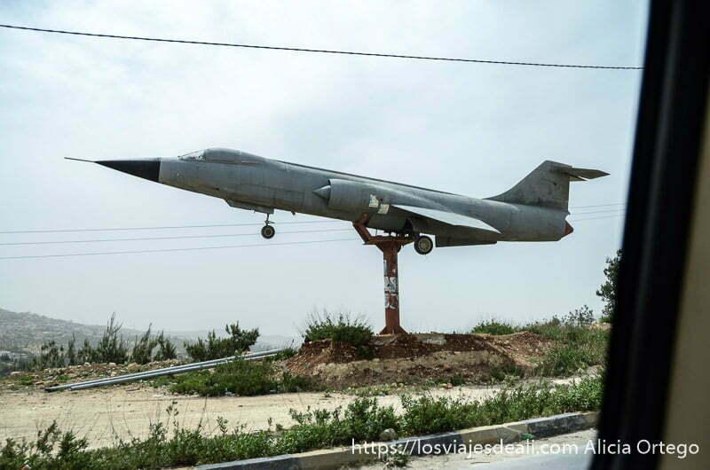 avión de guerra de una plaza puesto al lado de la carretera como un monumento