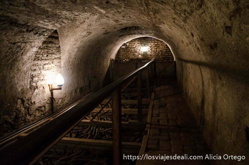 interior catacumbas de lima donde se ven nichos llenos de huesos humanos