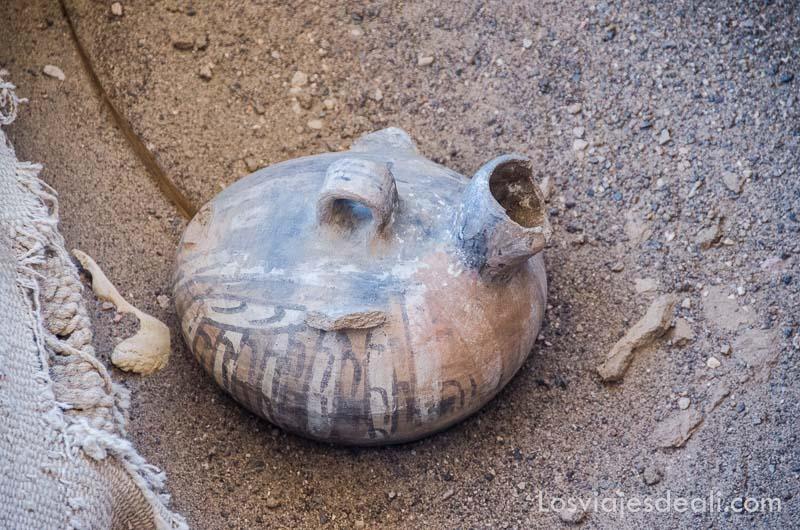 botijo de cerámica nazca con dibujos en un enterramiento
