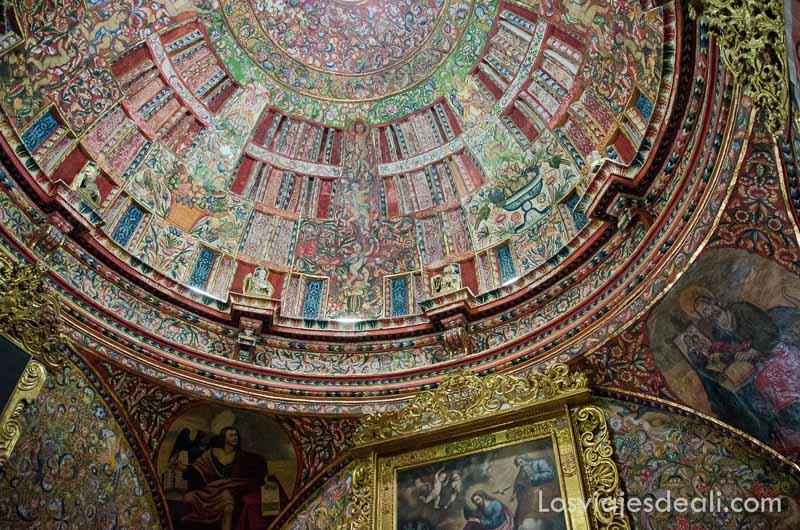 cúpula pintada con motivos vegetales en la capilla de la iglesia de la compañía de arequipa