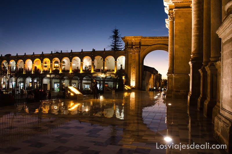 catedral de arequipa iluminada de noche