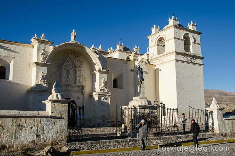iglesia colonial pintada de blanco bajo cielo muy azul