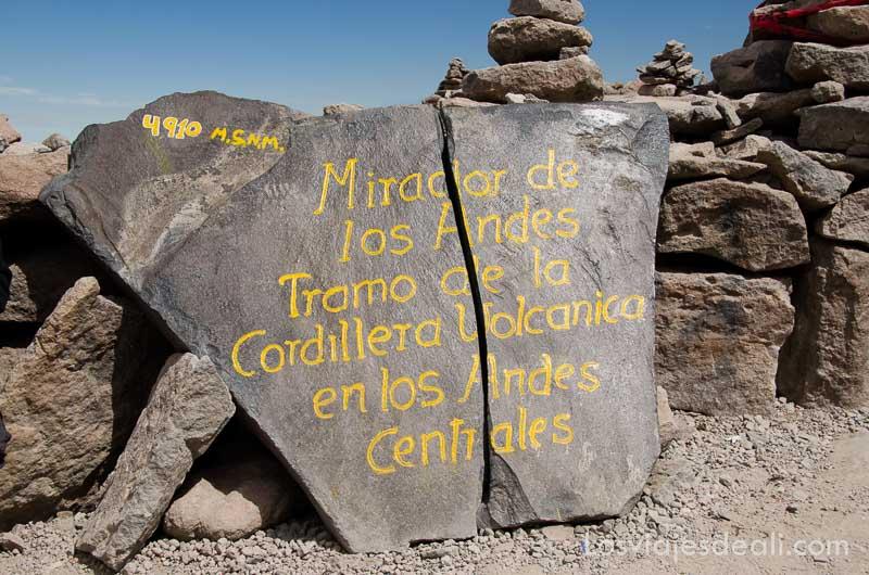 """piedra donde dice """"mirador de los andes tramo de la cordillera volcánica de los andes centrales"""""""