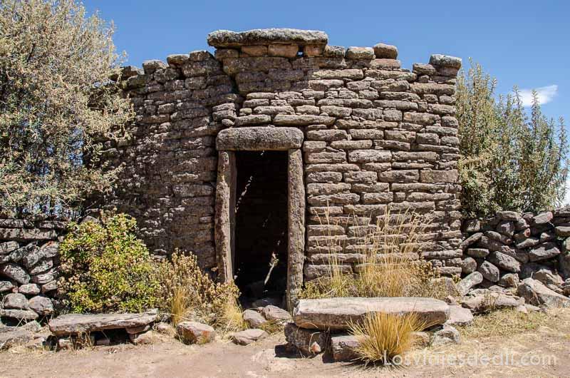 fachada de piedra de templo antiguo con puerta estrecha