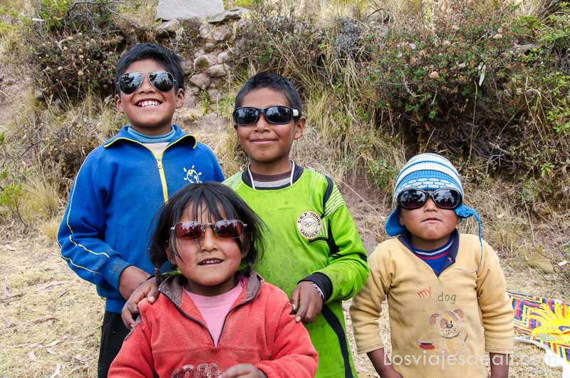 cuatro niños peruanos con gafas de sol posando