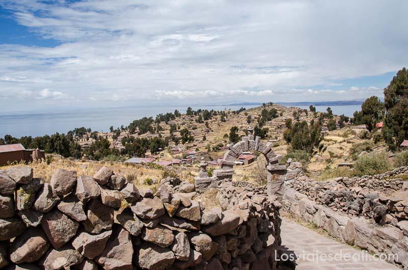 vista de la isla Taquile rodeada del lago titicaca desde arriba