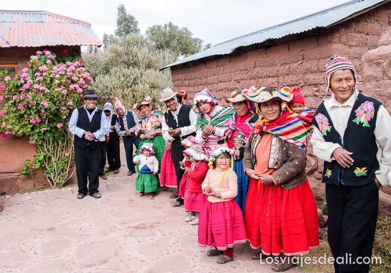 mujeres y hombres formando fila para discurso de despedida en la comunidad de capachica
