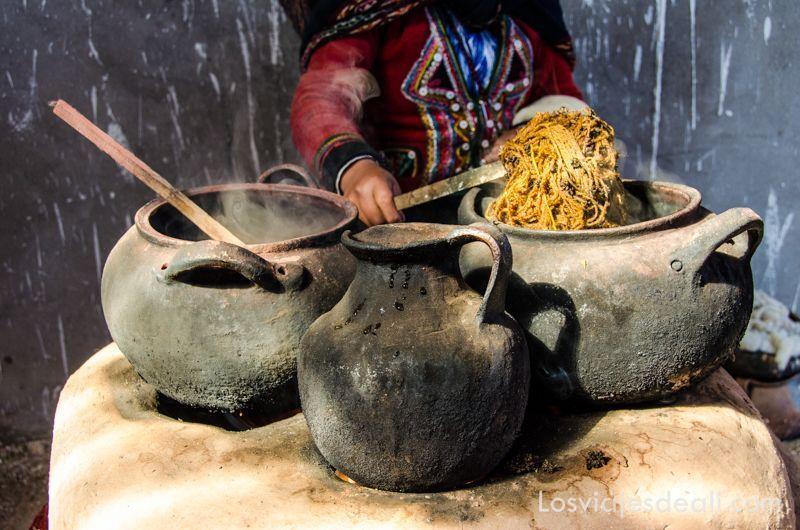 Chinchero en día de mercado tintes colores del mundo