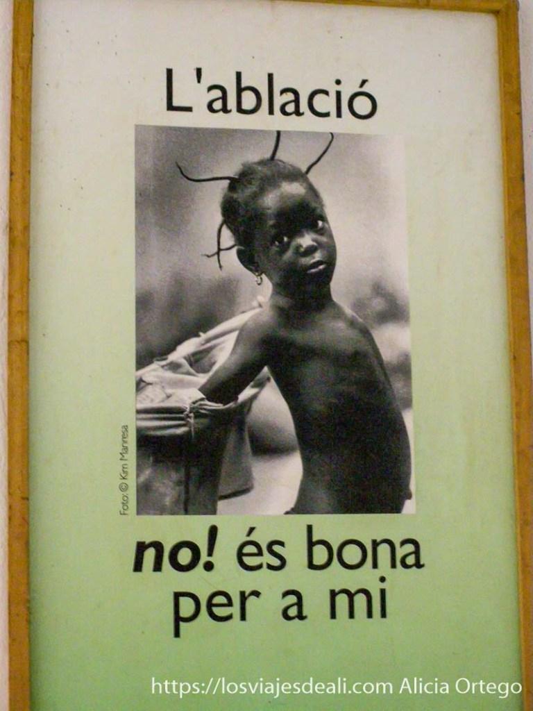 """cartel con foto de una niña que dice """"la ablación no es buena para mi"""""""