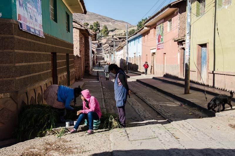 chicas en una esquina de la calle