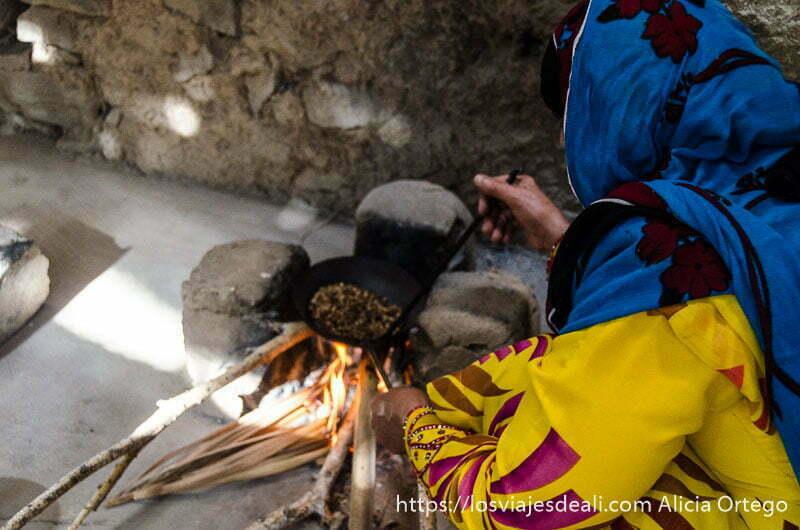 tostando el café a la antigua usanza en cocina de barro y al fuego