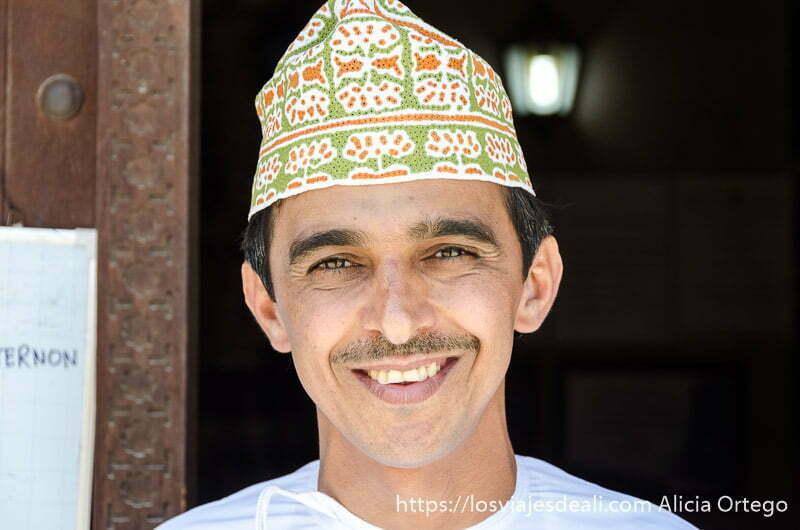 retrato de khalfan sonriente
