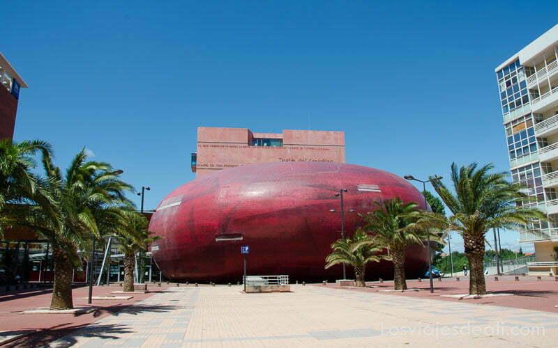 teatro l'archipel en forma de huevo rojo