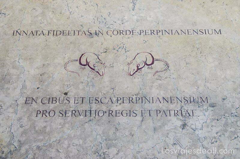 placa de mármol con el dibujo de dos ratones e inscripciones en latín