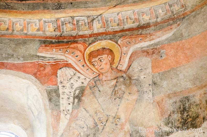 pintura románica representando a un ángel con sus alas