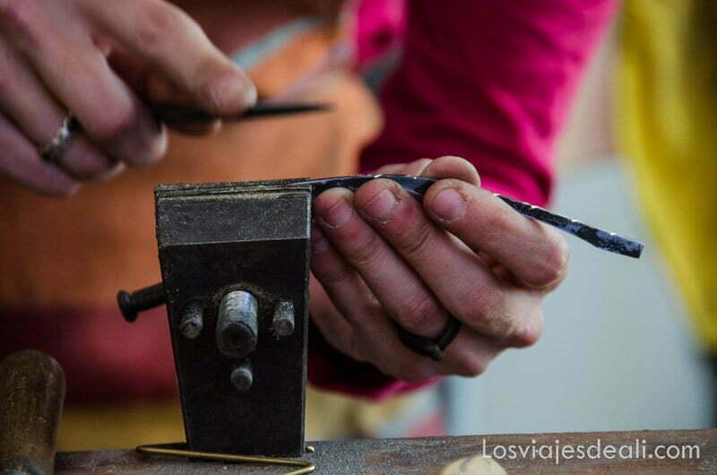 manos de artesano haciendo una navaja