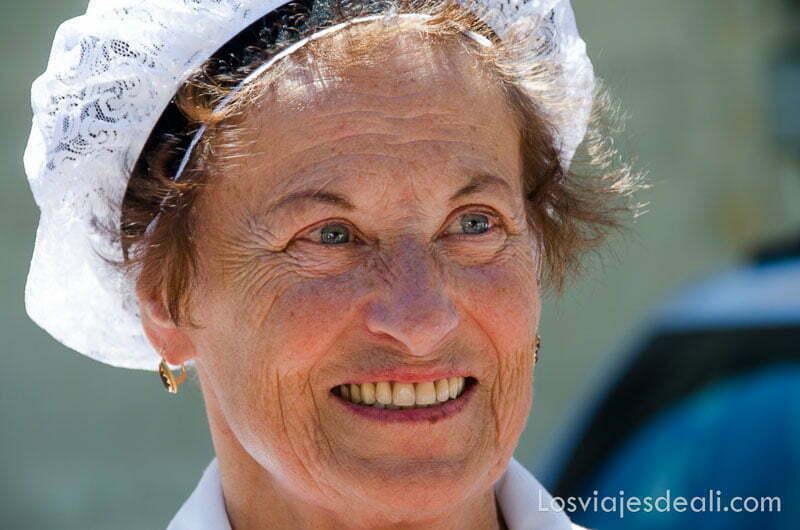 mujer francesa con cofia blanca y ojos azules sonriente