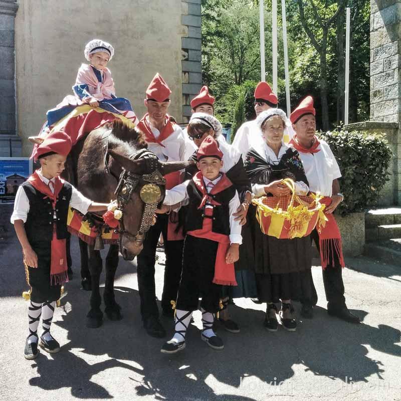 foto de grupo de niños y mujer mayor con un burrito vestidos con trajes tradicionales de la zona del canigó