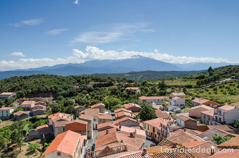 vistas del pueblo con tejados rojos y pirineos al fondo