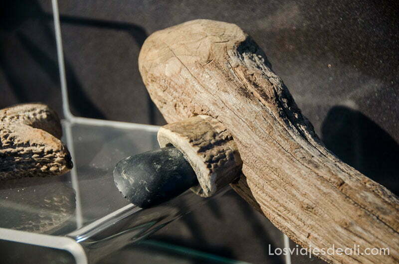 hacha neolítica en la vitrina del museo arqueológico de belesta